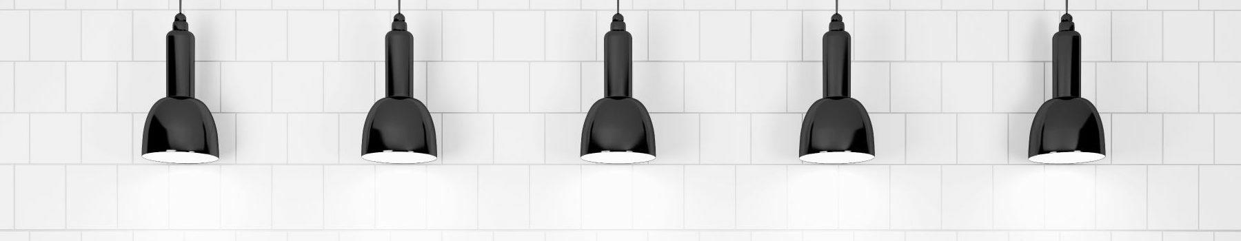 Image de lampes suspendues sur fond blanc